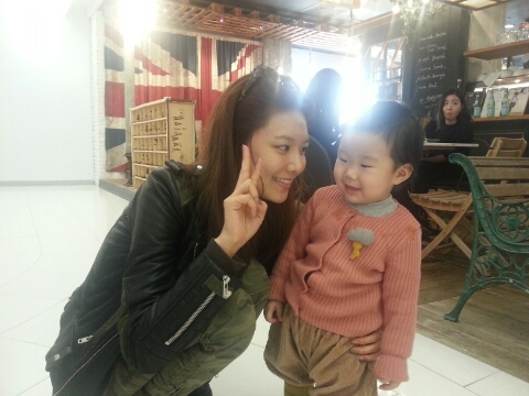 Photos-SooYoung-with-a-Kid-2014.01.27